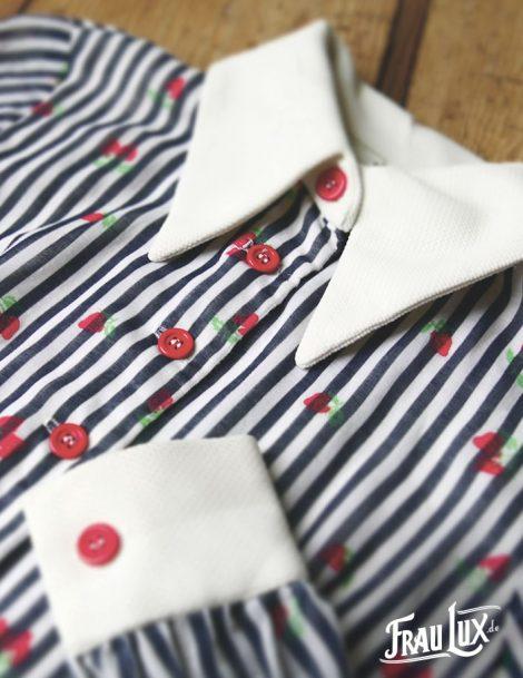 Frau Lux Vintage – Blusenkleid mit süßem Erdbeermuster, weiß dunkelblau gestreift