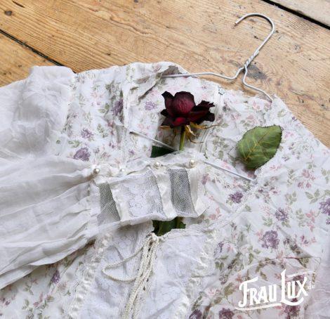 Frau Lux Vintage – Brautkleid mit Blumenmuster im Landhausstil