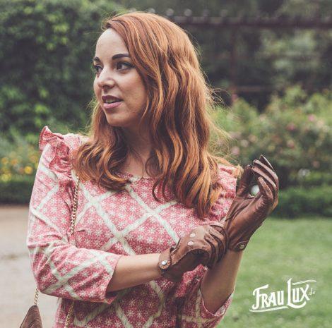 Frau Lux Vintage – Model mit Cabriolethandschuhen