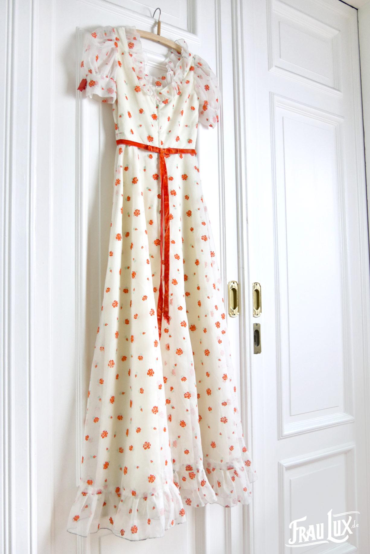 Hochzeitskleid mit orangefarbenden Blüten