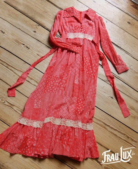 Frau Lux Vintage – karmesinrotes Countrykleid mit Spitze