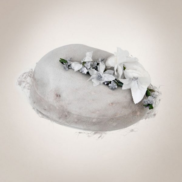 Frau Lux Vintage – Pillboxhut grau mit Blumenschmuck