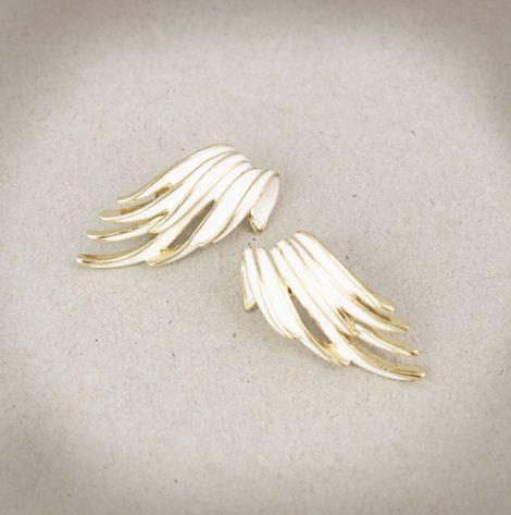 7. Ohrclips (unsigniert) mit weißer Emaille-Auflage. Geschwungene Flügel-Form.
