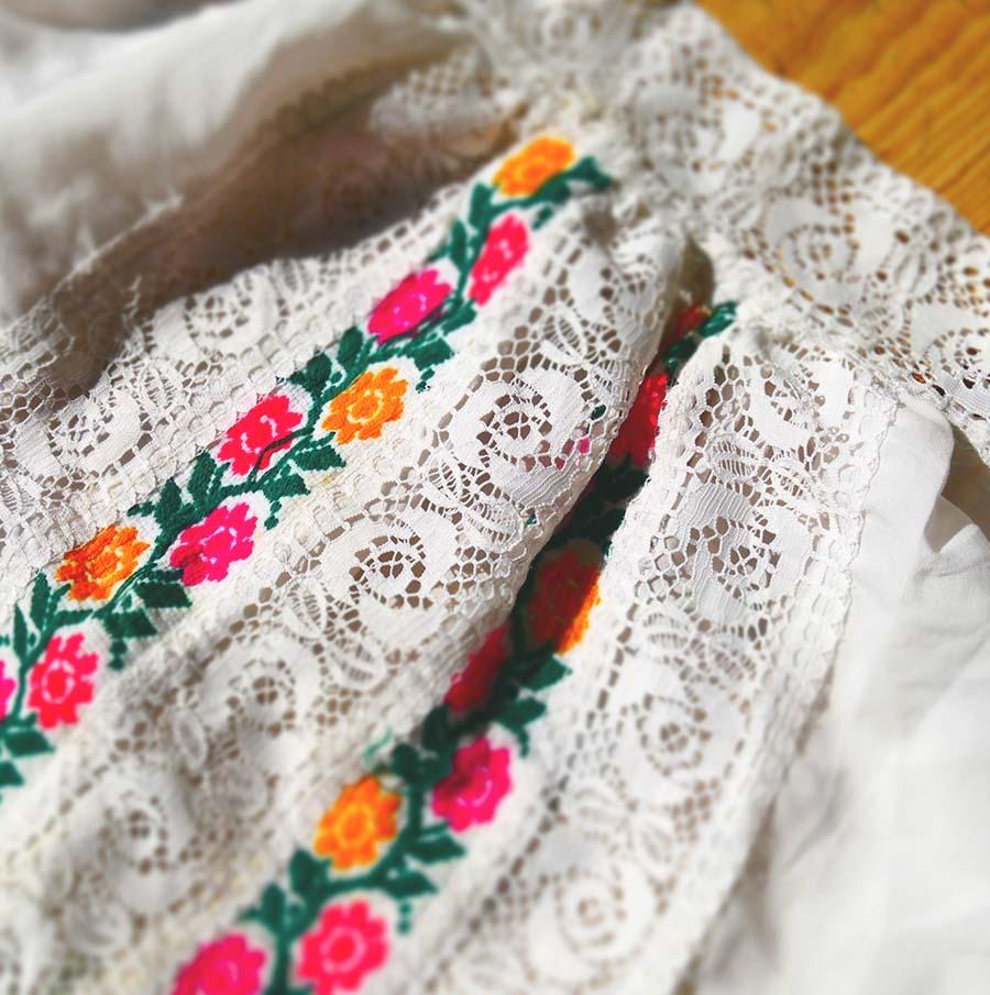 Traditionelles Kleid mit Blumen-Stickerei - Frau Lux Vintage
